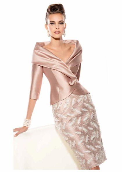 falda con plumas y chaqueta de raso madrina